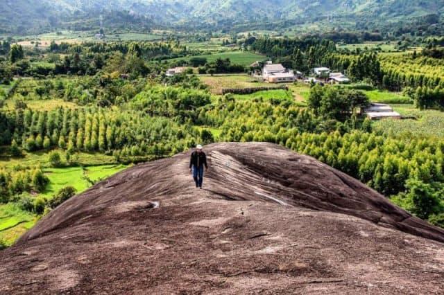 Hòn đá nguyên khối có kích thước lớn, hình thù giống con voi đang nằm nên được người dân quanh vùng gọi là đá Voi Mẹ (ẢNH ST)