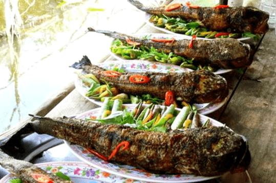 Thưởng thức món cá lóc nướng gói với đọt sen