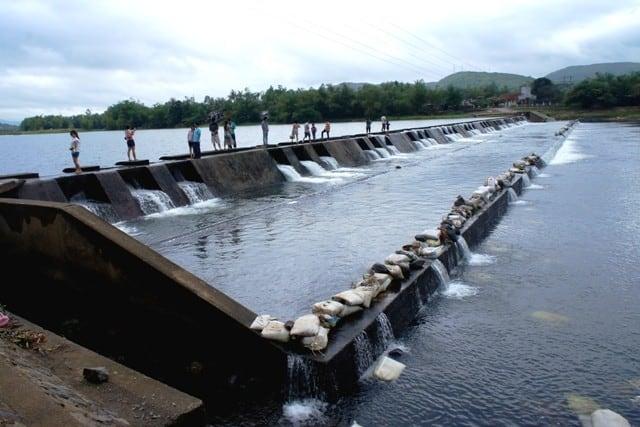 Có khá đông du khách đến chiêm ngưỡng vẻ đẹp ở đập Tam Giang (ẢNH ST)