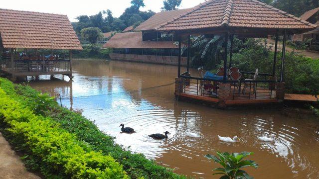 Chỗ nghỉ ngơi dành cho khách có thể ngắm nghía, ăn uống ở resort (Ảnh ST)