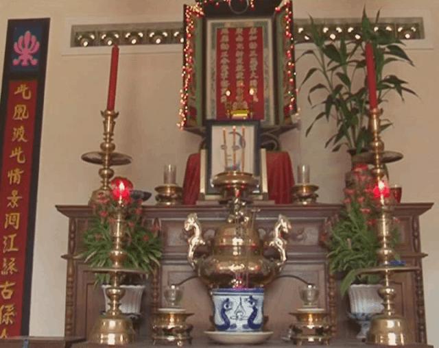 Bàn thờ nơi ghi danh vị chí sĩ yêu nước (Ảnh ST)