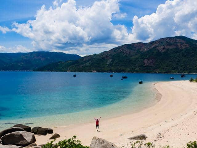 Biển xanh thăm thăm, núi rừng hùng vĩ tạo nét hoang sơ tuyệt đẹp (ẢNH ST)