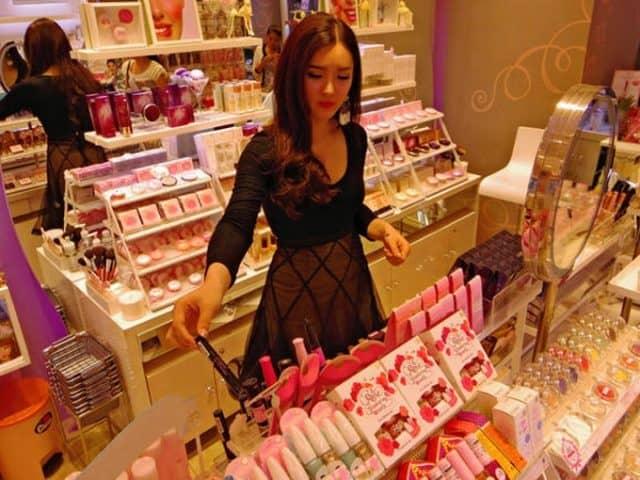 Mua mỹ phẩm tại các trung tâm mua sắm một cách dễ dàng (ẢNH ST)