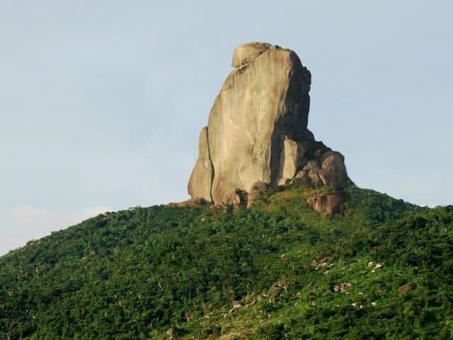 Bia đá lớn trên đỉnh núi (ẢNH ST)