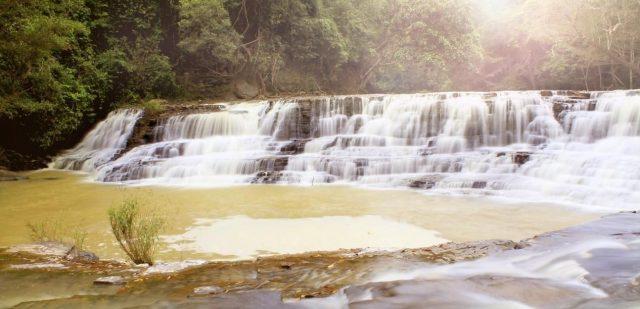 Dòng thác Thủy Tiên uốn lượn vắt ngang rừng, như một nét chấm phá độc đáo trên bức tranh thủy mặc. (ẢNH ST)
