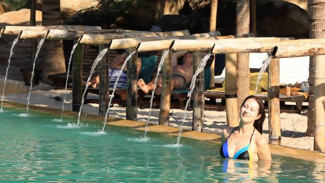 Massage tự nhiên bên hồ nước ở khu tắm bùn I Resort Nha Trang (ẢNH ST)