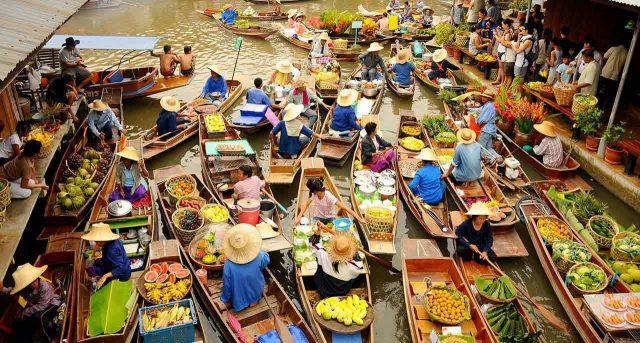 Bạn nên thuê thuyền đi dạo trong khu chợ này (Ảnh ST)