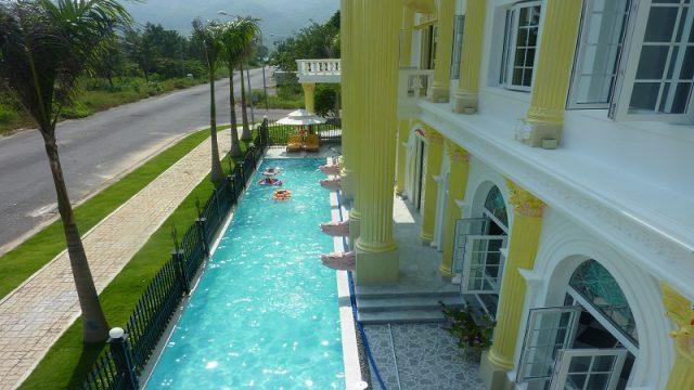 Bể bơi được tích hợp trong khuôn viên Dinh thự (Ảnh ST)