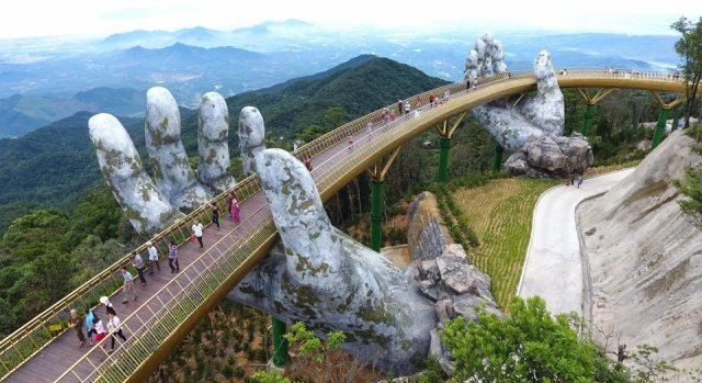 Quang cảnh nhìn từ trên cao của cầu Vàng ở Đà Nẵng