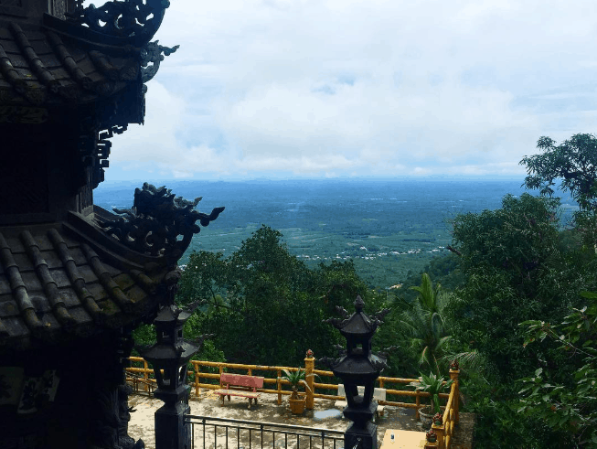 Quãng đường lên chùa tuy hơi vất vả nhưng thả hồn vào phong cảnh trên là trải nghiệm rất đáng