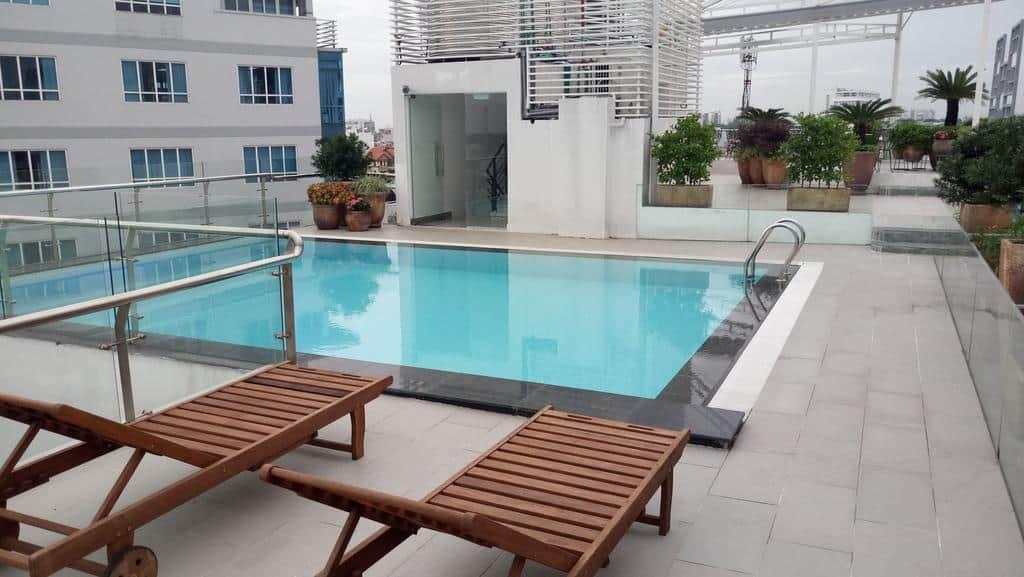 Ngoài dịch vụ thì khách sạn còn ghi điểm nhờ hệ thống bể bơi trong lòng khuôn viên xanh mát