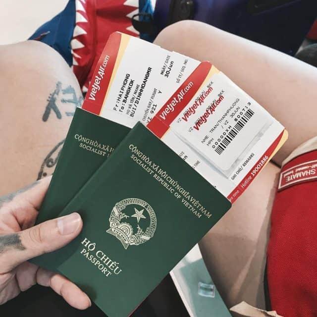 Hộ chiếu và CMND luôn là những giấy tờ quan trọng bạn cần đem theo (Ảnh ST)
