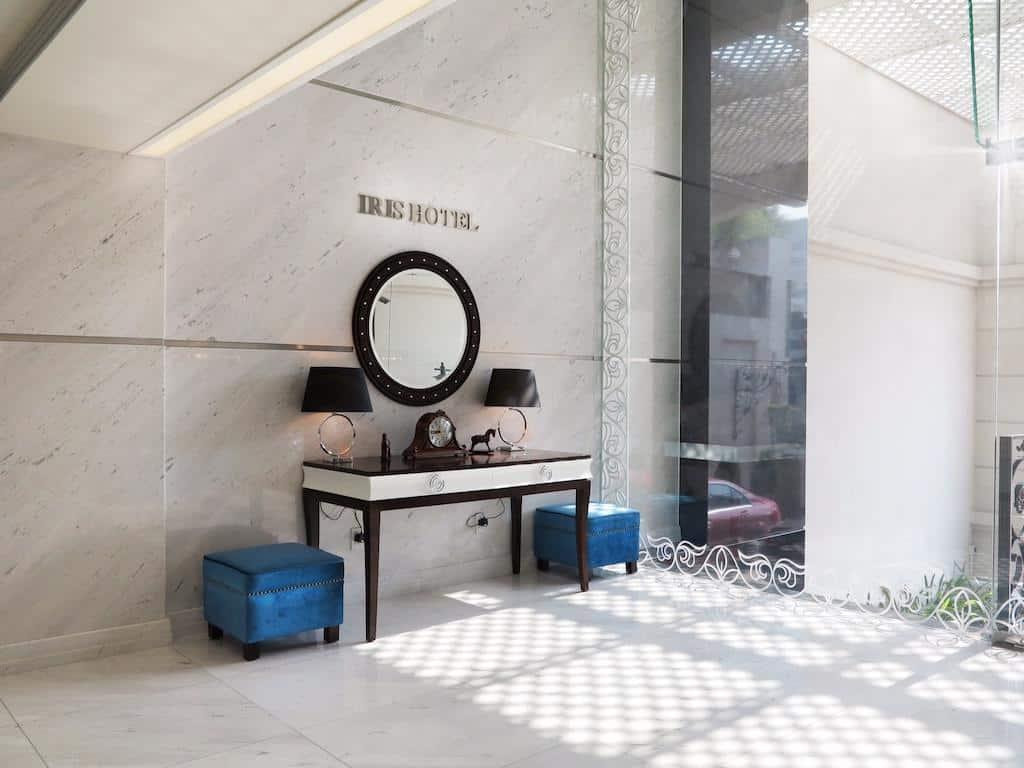 Khách sạn gây ấn tượng đầu tiên bởi thiết kế nội thất độc đáo theo tông màu trang nhã khá Tây!