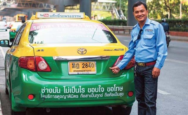 Bạn có thể di chuyển bằng taxi trong những trường hợp cần thiết (Ảnh ST)