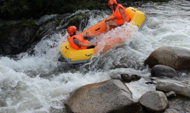 Trượt thác mạo hiểm ở Thác nước Hòa Phú Thành (Ảnh: ST)