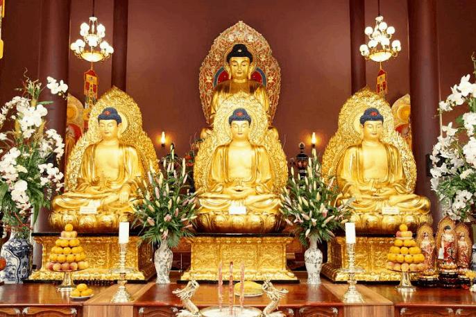 Bàn thờ Phật trang nghiêm bên trong chùa